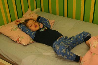 Elias vilar ut i en rätt avspänd posé