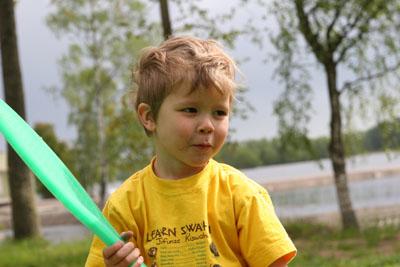 Elias spelar tennes
